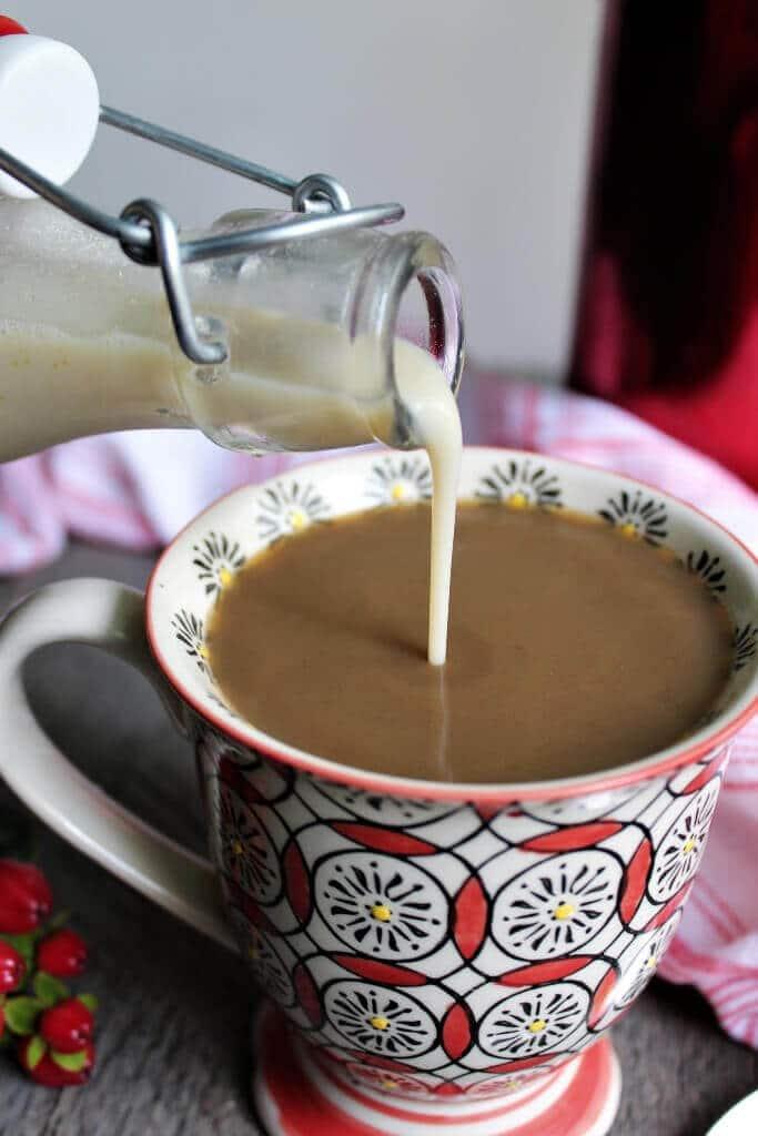 Crema de café vegana vertida en una colorida taza de café.