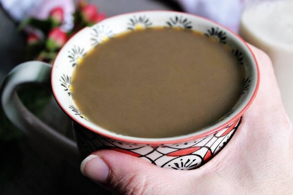 Un primer plano de un café con crema de café casera dentro.