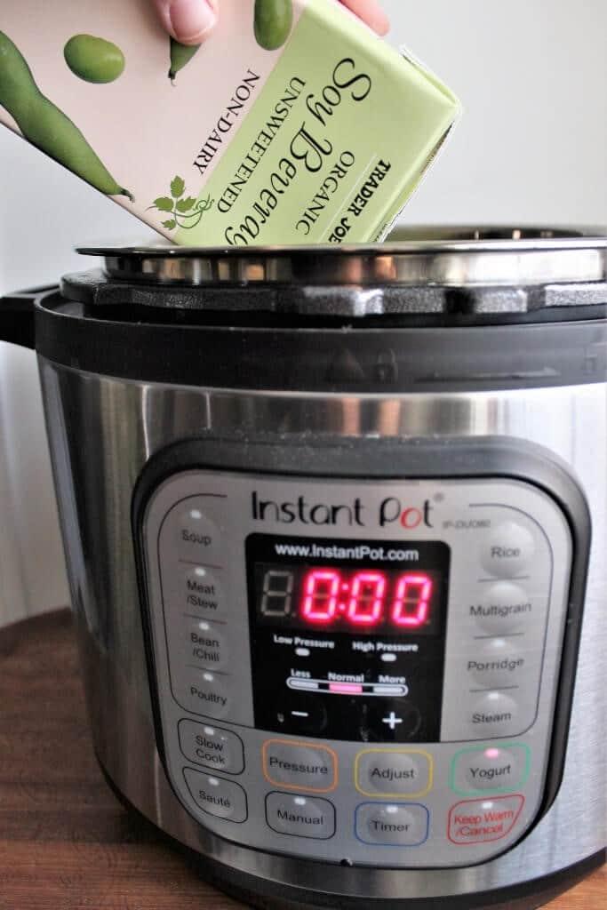 Añadir leche de soja natural de Trader Joe's a la olla instantánea para hacer yogur de soja.