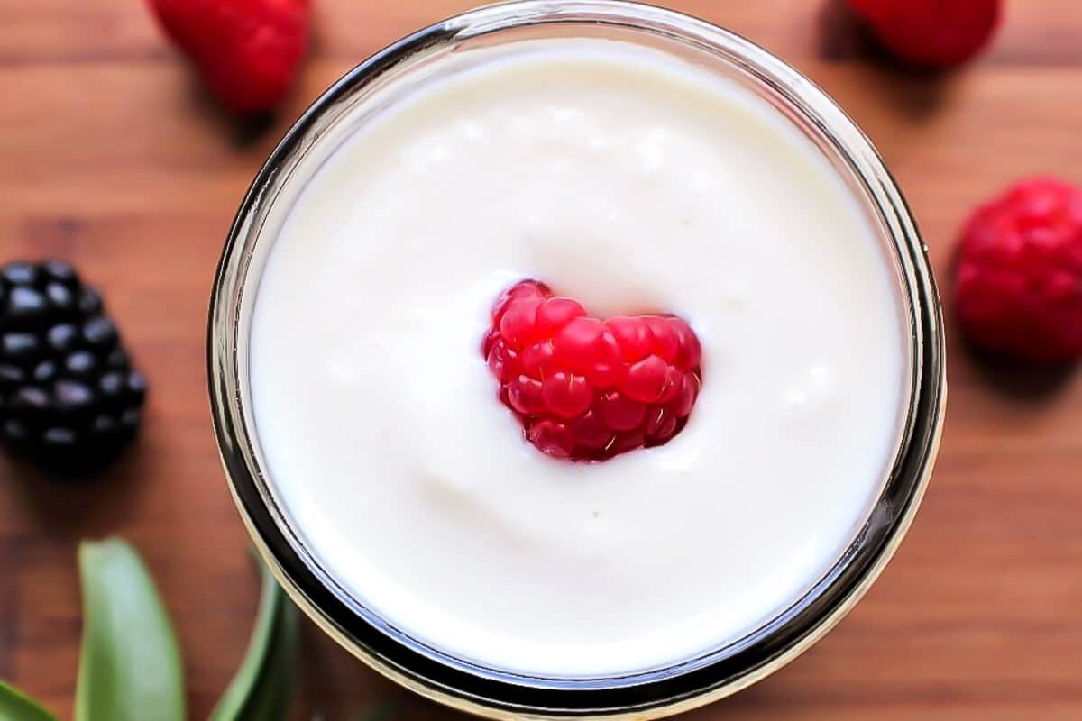 La vista superior de un bol de yogur de soja casero.