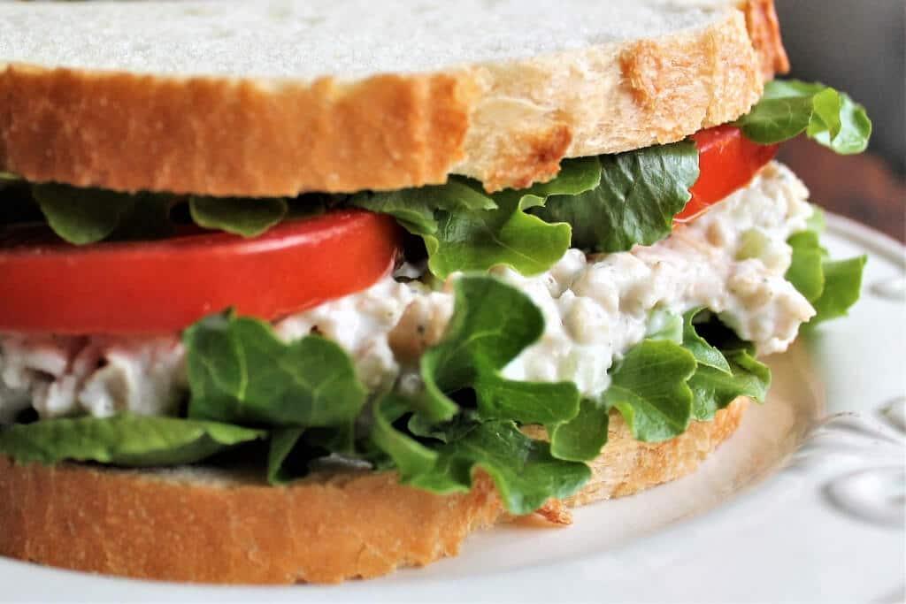 Un sándwich vegano de ensalada de atún con lechuga y tomate.