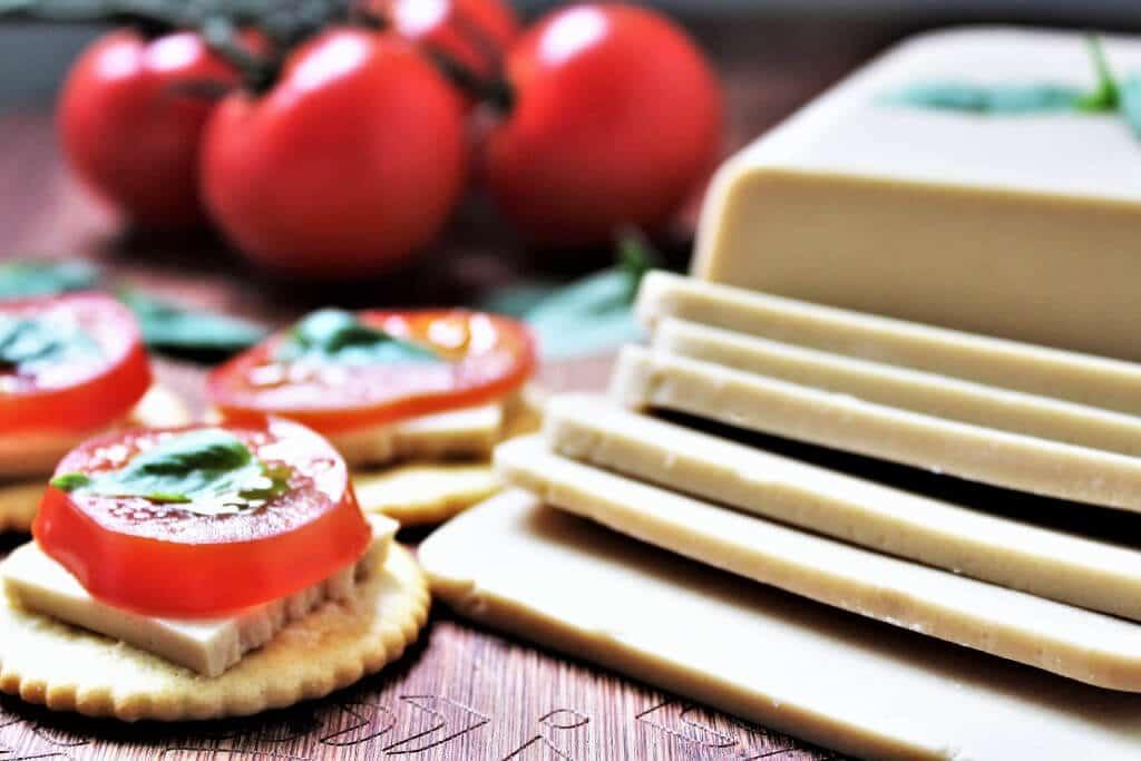 Rodajas de mozzarella vegana con tomate.