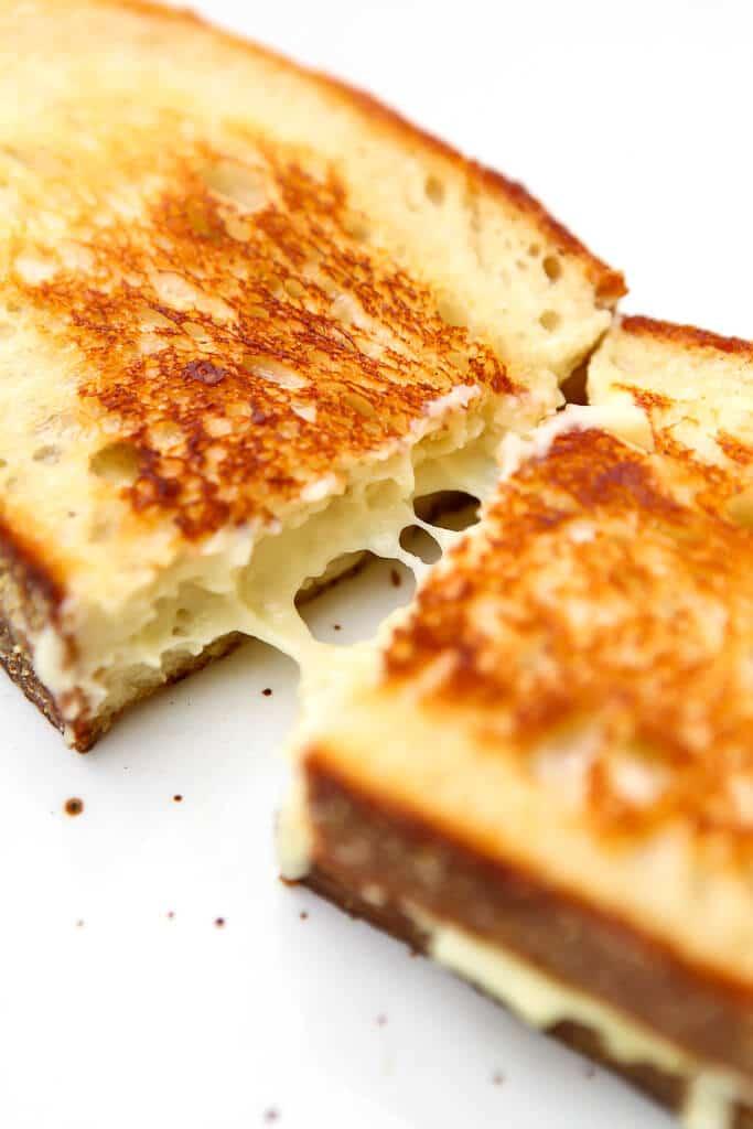 Un sándwich vegano de queso a la parrilla hecho con mozzarella sin lácteos.
