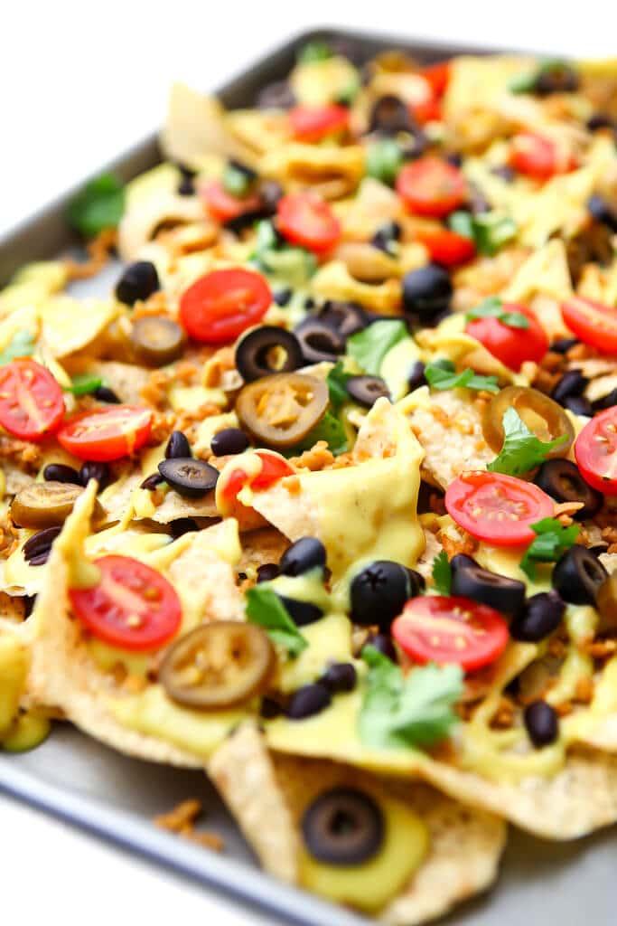 Una sartén llena de nachos veganos cargados.